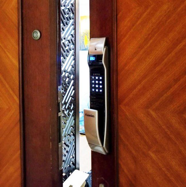 khóa vân tay cửa gỗ